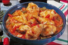Une de ces préparations de poulet utilise des oignons, des tomates, des poivrons rouges et verts. Laquelle ?  Le poulet ...