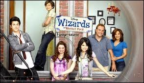 Avec qui Selena Gomez a-t-elle joué dans  Les Sorciers de Waverly Place  ?