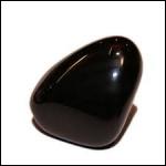 Une pierre d 'un noir brillant, c'est :