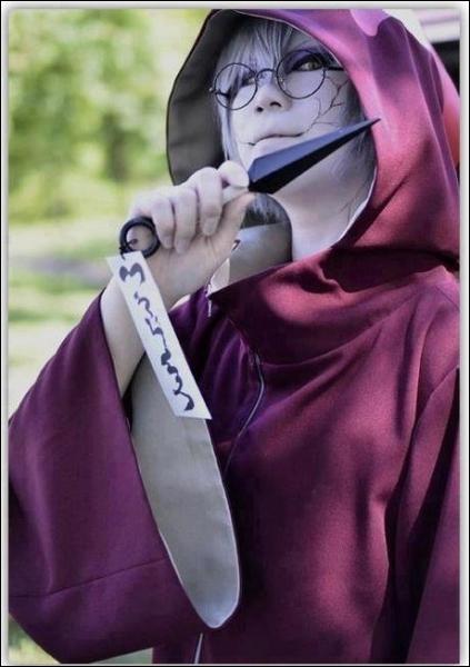 Après la mort d'Orochimaru, il se transplante des gènes de ce dernier et se transforme...