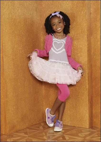 La petite fille que vous voyez ici, habillée tout de rose est...