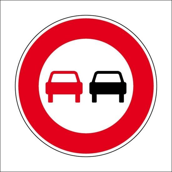Ce panneau permet de dépasser les deux roues à moteur sans side-car.