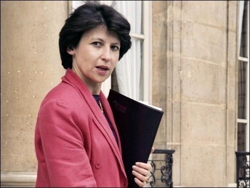 Elle a été Ministre du Travail, de l'Emploi et de la Formation professionnelle , voici Madame ...