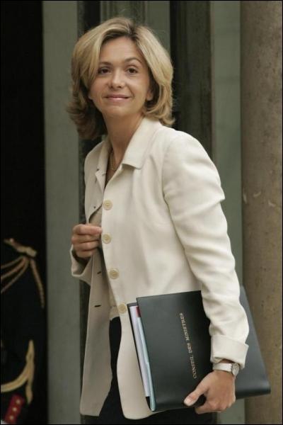 Elle a été Ministre de l'Enseignement supérieur et de la Recherche Ministre du Budget, des Comptes publics, voici Madame ...
