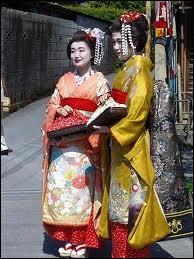 De nos jours, les geishas sont très rares. Ces courtisanes longuement initiées aux Arts et à la séduction sont si coûteuses que seuls quelques riches hommes d'affaires peuvent y faire appel...