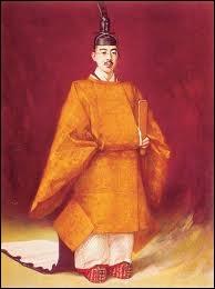 L'Empereur Hiro-Hito est mort en 1989, après 62 ans de règne. Il avait renoncé en 1946 à son  ascendance divine , pour tenir son pouvoir des japonais. Avant cela, à la mort de l'Empereur... ?