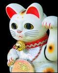 Le maneki neko est un symbole shintoiste : il apporte la chance. La légende dit qu'un noble en chemin vit un chat lui faire signe...