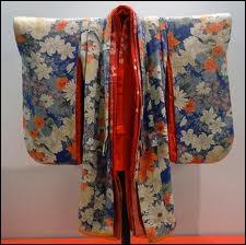 C'est quand le Japon se ferme à la Chine, vers 895, qu'il développe sa propre mode. Le kimono développe alors toute sa beauté. Dans le kimono traditionnel pour femme, combien en superpose-t-on ?