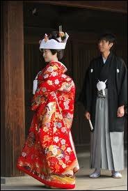 La japonaise porte encore le kimono dans certains quartiers de Tokyo. A quelle occasion en porte-t-elle au minimum deux différents, un blanc puis un rouge, tous deux somptueux ?