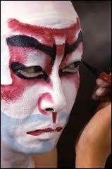 Au Japon le théâtre Nô (ou samouraï) parle de la mort, tandis que le théâtre kabuki, celui des riches marchands, est joyeux. Il existe une tradition pour les grands acteurs de kabuki, laquelle ?