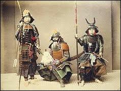 Les samouraï sont nés de l'insécurité régnant des les campagnes et menaçant les biens des Temples et des Seigneurs de la guerre. Que signifie leur nom ?