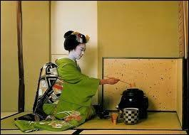 Importée de Chine par les moines, la cérémonie du thé est d'abord masculine. Elle se féminise à l'ère Meiji. C'est l'art du chado ou chanoyu, c'est à dire ?
