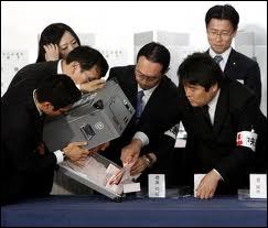 Le travail, dans la société japonaise, n'est pas organisé à l'occidentale, il n'y a quasiment pas de bureau fermé, pas de vacances, et, parmi les signes distinctifs de hiérarchie, que trouve-t-on ?