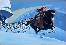 Comment Mulan parvient-elle à mettre en déroute l'armée ennemie dans la montagne ?