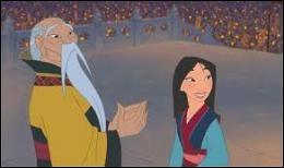 Par qui est félicitée Mulan pour sa victoire contre les barbares ?