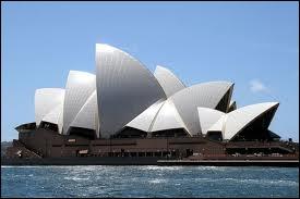 Le superbe opéra de Sydney a été créé par un architecte danois, Joem Utzon, qui n'a même pas son nom sur la plaque d'inauguration ! Le lieu de l'opéra est très symbolique. Pourquoi ?