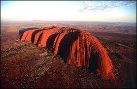 Ayers Rock, situé au coeur du pays, est le plus grand monolithe de la planète. Quel est son nom aborigène, c'est à dire authentique ?