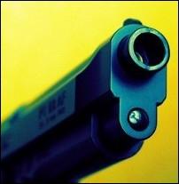 Complète les quelques phrases suivantes avec le verbe  autorise à  ou  interdit de . La loi __________ menacer de mort son voisin.