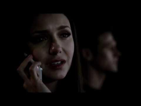 Qui Elena appelle-t-elle quand elle est dans la voiture avec Matt ?