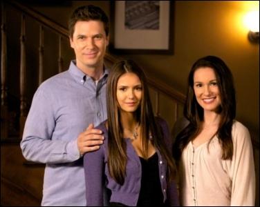 Comment s'appellent les parents adoptifs d'Elena ?