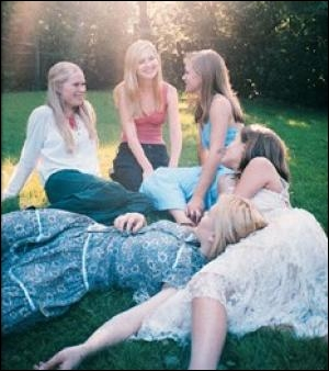 Le film Virgin suicide raconte la triste histoire des 5 soeurs Lisbon, qui, toutes, adolescentes, ... .