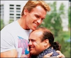 Aussi étonnant qu'il soit, ces deux-là sont frères jumeaux : Danny de Vito (1, 52m ) et Arnold Schwartzenegger (1, 85 m pour 107 kgs). Quel est ce film ?