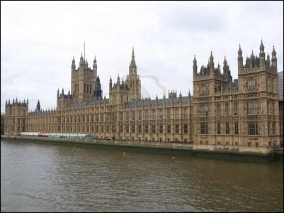 Sous le règne de quel souverain a été reconstruit le palais de Westminster après l´incendie du 16 octobre 1834 ?
