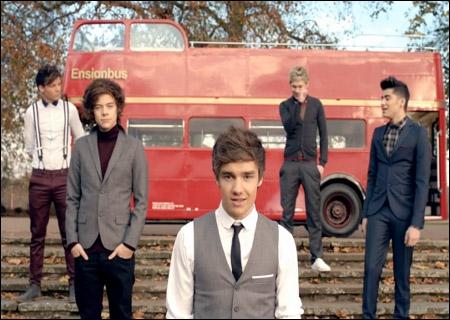Que chantent les One Direction sur cette photo ?