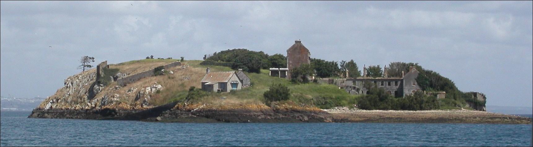 L'île des Morts tient son nom du fait qu'elle servait de sépulture aux personnes décédées sur l'île voisine de Trébéron. Cette île est...