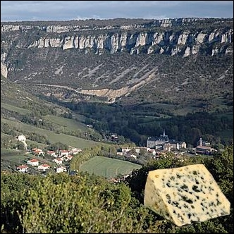 Fromage à pâte persillée élaboré exclusivement avec des laits crus de brebis, datant au moins du XIe siècle et originaire de la région des causses et vallées de l'Aveyron ... .