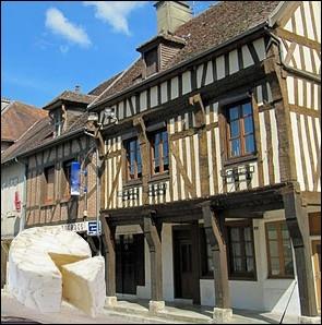Fromage très ancien, au lait de vache, à pâte molle à croûte fleurie, salé au sel sec, d'un poids de 250 ou de 450 gr, fabriqué en Bourgogne et en Champagne-Ardenne... .