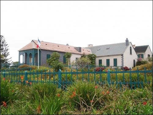 Déchu de tout pouvoir. Napoléon se retrouve en exil, en plein Atlantique Sud et décède dans cette maison à Longwood le 5 Mai 1821 sur ...