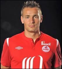 À quel joueur non sélectionné pour des problèmes de santé Mathieu Debuchy succède-t-il au poste d'arrière droit de l'équipe de France ?