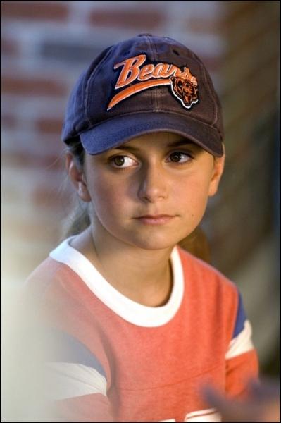 Que tentera voler cette jeune fille dans une boutique dans le film  Treize à la douzaine  ?