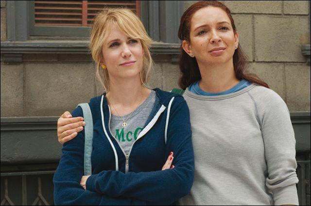 Quel(s) bâtiment(s) fermé(s) regarde ces deux femmes dans cette scène de  Mes meilleurs amies  ?
