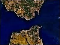 Quelle est la largeur en kilomètres du détroit de Gibraltar ?