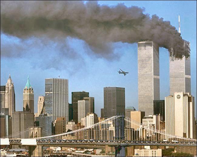 Marquées par un incendie le 13 février 1975 puis par un attentat à la bombe le 26 février 1993, les tours jumelles WTC furent intégralement détruites par deux avions détournés le :