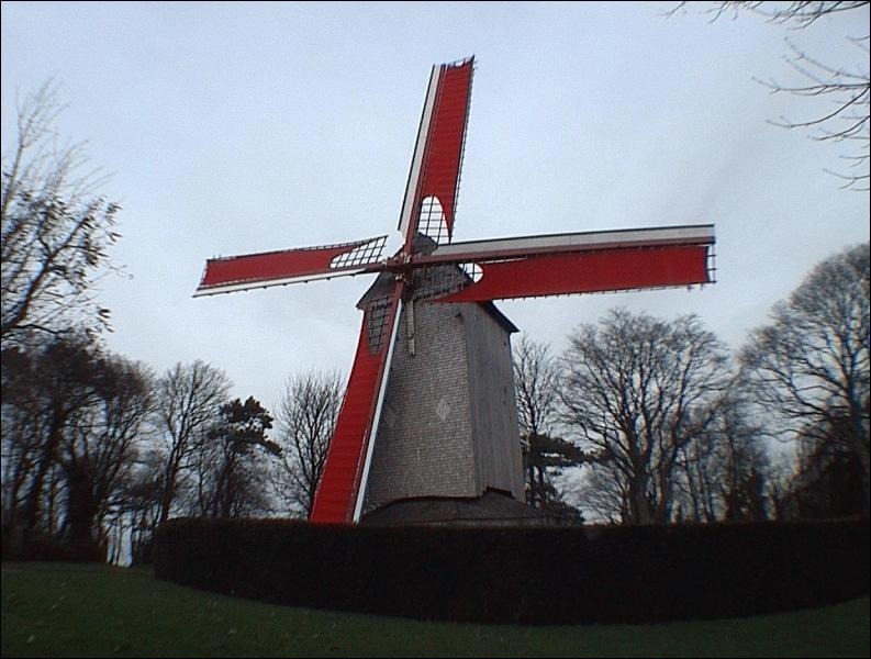 Depuis ce village du Nord on peut voir 5 royaumes. La position est stratégique sur la plaine flamande si bien qu'après les fureurs de bataille passées le maréchal Foch y abrita son quartier général.