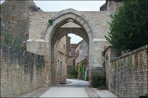 Circulez de la porte d'En-Bas vers la porte d'En-Haut et vous admirerez les belles arcades du XIIIe siècle, vestiges de l'enceinte fortifiée de ce charmant bourg médiéval, au nord-est d'Avallon.