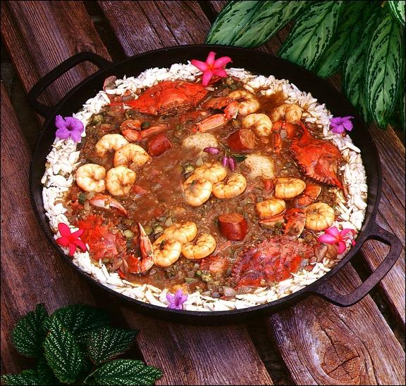 De quoi le plat traditionnel de la Louisiane française, le gumbo, est-il composé ?