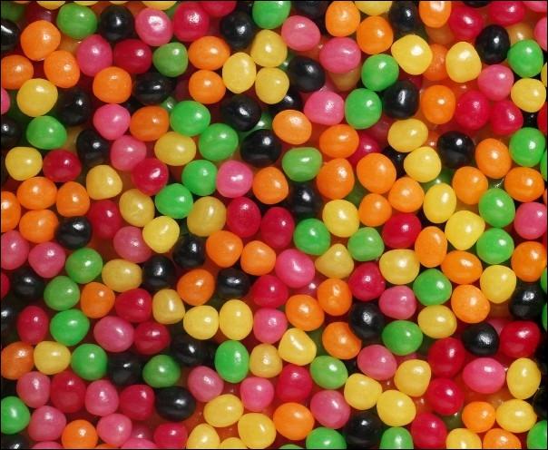 Nous sommes présents sous formes de petites boules de couleurs jaunes, oranges, rouges, roses, verts et noirs et bien plus. On nous trouve, en général, sous forme de sacs. Qui sommes-nous ?