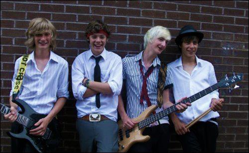 Avant de faire partie du groupe, Harry jouait avec un groupe; comment s'appelait-il ?