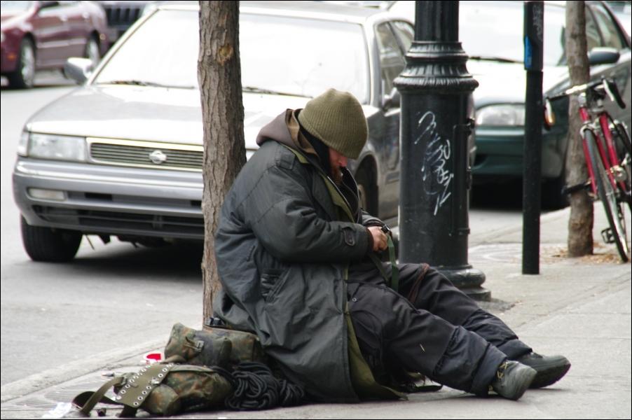 Le nombre de sans-abris ne cesse d'augmenter en France. Ces pauvres gens vivant dans les rues...