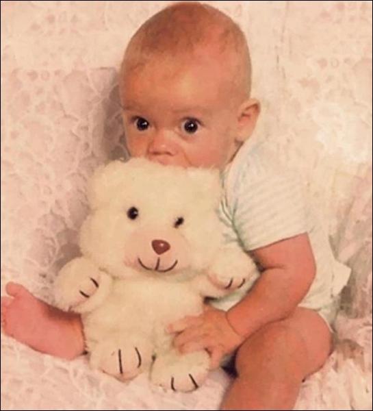 Qui est le bébé sur la photo ?