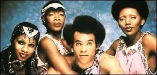 Trois chanteuses antillaises et un danseur qui n'était pas vraiment chanteur... Je sais c'est pas du rock mais c'est une vraie légende ! Ils n'ont pas chanté...