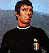 Voici Dino Zoff, gardien incontestable, un vrai monstre de longévité. En effet, savez-vous pendant combien de matchs d'affilée cet Italien n'a encaissé aucun but ?