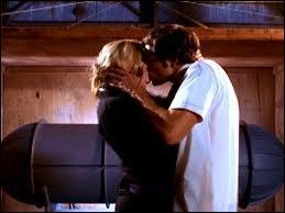 Dans la saison 1, Sarah embrasse Chuck devant un objet. Que renferme-t-il ?