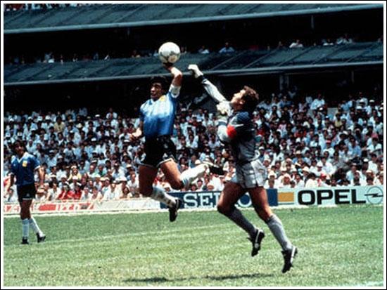 """1986 : Angleterre / Argentine, Diego Maradona marque de la main. Complétez la phrase que Thierry dit à Jean-Michel : ''Vous ne croyez pas qu'il y a autre chose qu'un arbitre -------- pour arbitrer un match de cette importance ? """""""