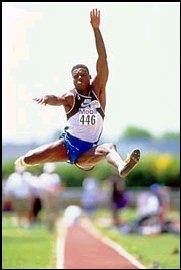 Qui détient le record de saut en longueur en athlétisme ?