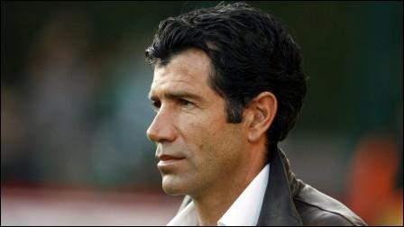 Il est coach à Mons. C'est le bien connu...